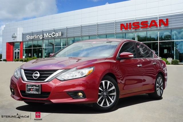 Pre-Owned 2017 Nissan Altima 2.5 SV w/ Sunroof